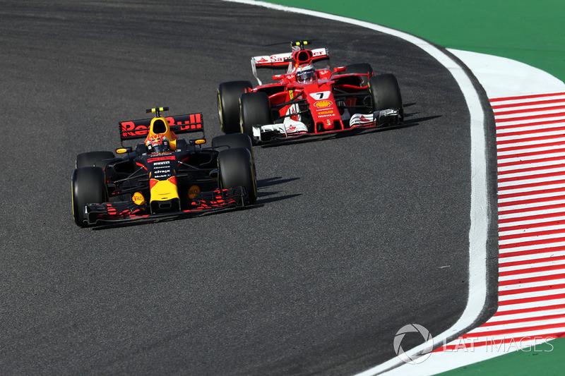Max Verstappen, Red Bull Racing RB13 e Kimi Raikkonen, Ferrari SF70H lottano per la posizione
