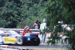 Taki Inoue, Arrows FA16 viene abbattuto da un'auto medica dopo aver cercato di spegnere un fuoco