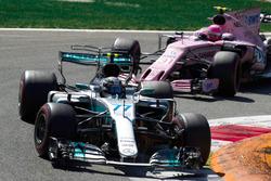 Valtteri Bottas, Mercedes AMG F1 W08, Esteban Ocon, Sahara Force India VJM10