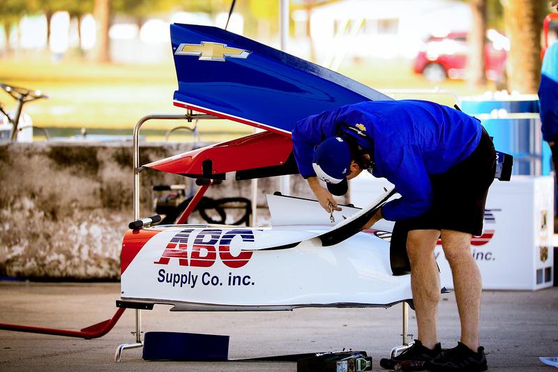 Un técnico de A.J. Foyt Racing ajusta un ala sidepo