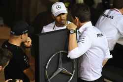 Valtteri Bottas, Mercedes AMG F1, Lewis Hamilton, Mercedes AMG F1 et Toto Wolff, directeur exécutif de Mercedes AMG F1