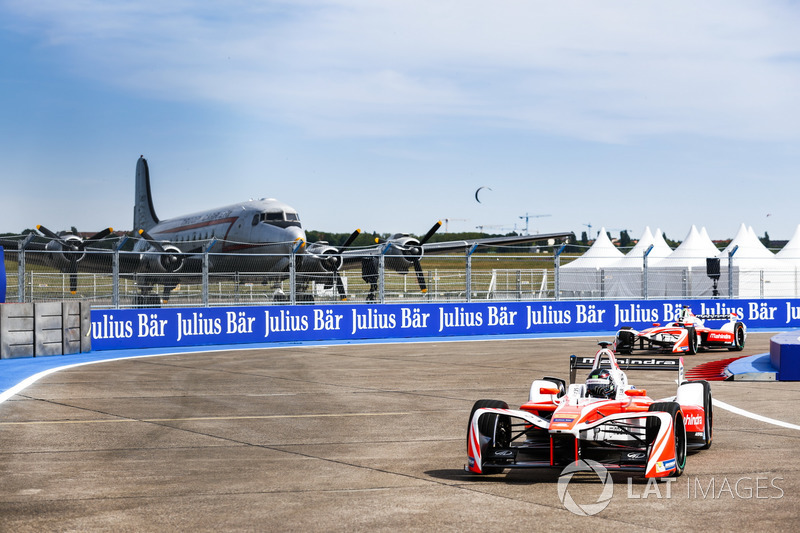 Nick Heidfeld, Mahindra Racing,leads Felix Rosenqvist, Mahindra Racing