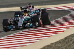 Lewis Hamilton, Mercedes AMG F1 W08, devant Sergio Perez, Force India VJM10