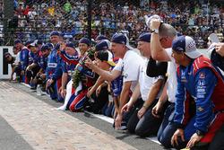 Takuma Sato, Andretti Autosport Honda kisses the bricks with his team
