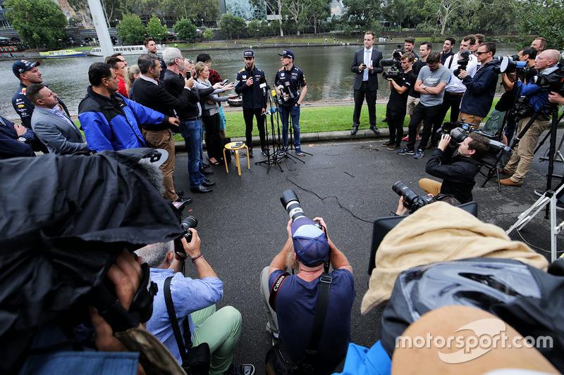 Daniel Ricciardo, Red Bull Racing y Max Verstappen, Red Bull Racing con los medios después de estar en un bote de carreras en el río Yarra