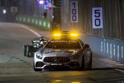 El coche de seguridad por delante de Lewis Hamilton, Mercedes AMG F1 W08