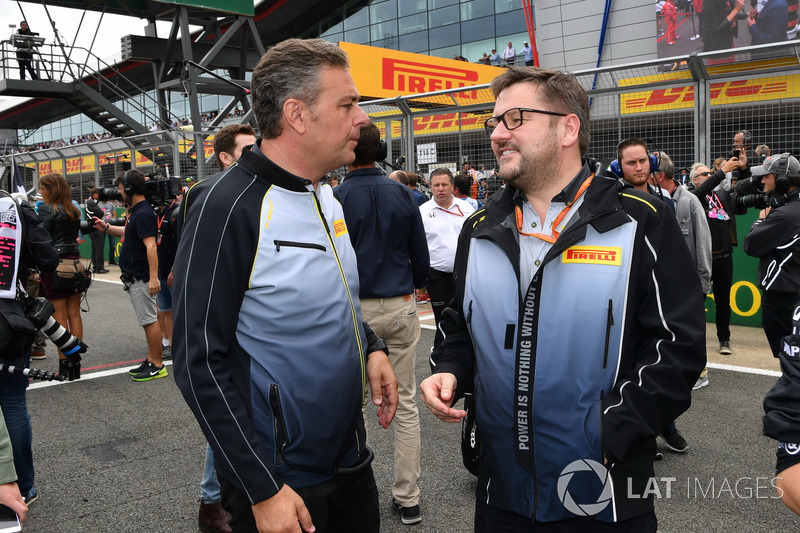 Mario Isola Director deportivo de Pirelli y Paul Hembery, Pirelli Motorsport Director