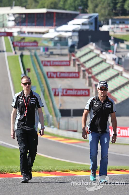 Sergio Perez, Sahara Force India F1 cammina lungo il circuito con Will Hings, Addetto stampa Sahara Force India F1