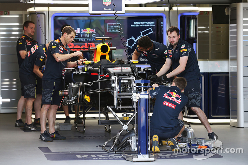 Red Bull Racing RB12 Даніеля Ріккардо, Red Bull Racing, на піт-лейн