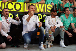 Winner Nico Rosberg, Mercedes AMG F1 celebrates with team mate Lewis Hamilton, Mercedes AMG F1 and t