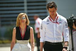 Toto Wolff, Director Ejecutivo de Mercedes GP con su esposa Susie Wolff