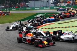 Daniel Ricciardo, Red Bull Racing RB12; Lewis Hamilton, Mercedes AMG F1 W07 Hybrid