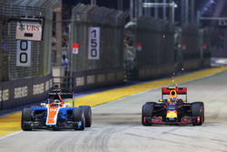 Pascal Wehrlein, Manor Racing MRT05 en Max Verstappen, Red Bull Racing RB12