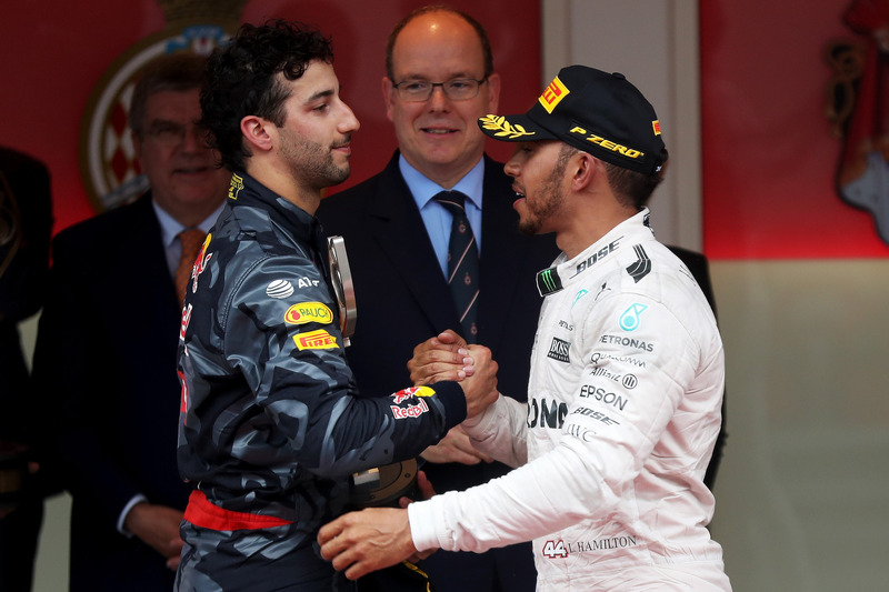 Daniel Ricciardo, Red Bull Racing, gratuliert Lewis Hamilton, Mercedes AMG F1
