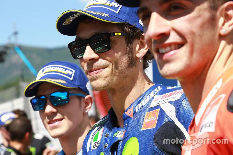 Ganador de la pole Valentino Rossi, Yamaha Factory Racing, segundo lugar calificado Maverick Viñales, Team Suzuki MotoGP, y el tercer calificado Andrea Iannone, Ducati Team