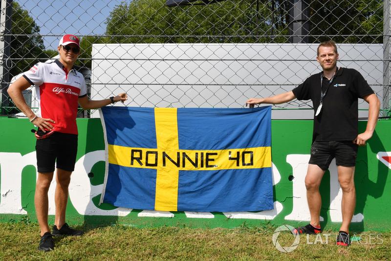Marcus Ericsson, Alfa Romeo Sauber F1 Team with flag remembering Ronnie Peterson