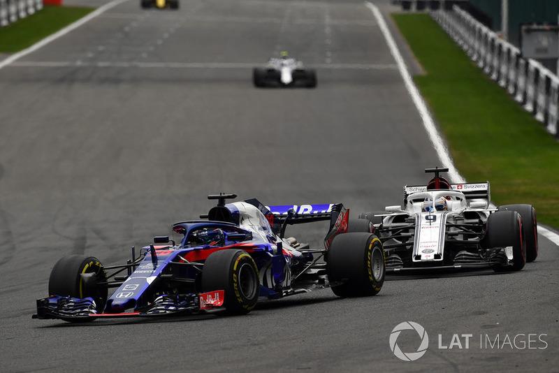 Brendon Hartley, Scuderia Toro Rosso STR13 leads Marcus Ericsson, Sauber C37