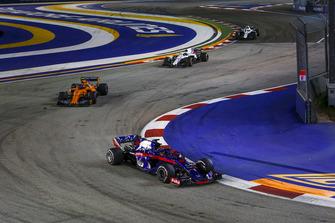 Brendon Hartley, Scuderia Toro Rosso STR13 en Stoffel Vandoorne, McLaren MCL33