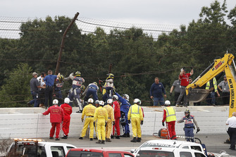 Les officiels de l'IndyCar sur le site de l'accident