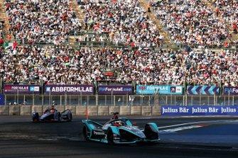 Mitch Evans, Panasonic Jaguar Racing, Jaguar I-Type 3 in attack mode leads Robin Frijns, Envision Virgin Racing, Audi e-tron FE05