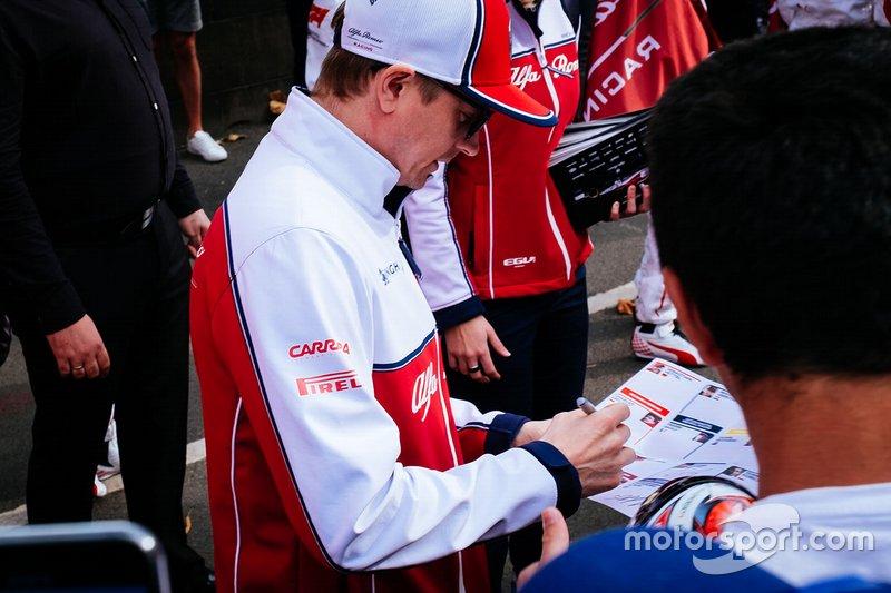 Kimi Raikkonen, Alfa Romeo Racing firma autógrafos para los aficionados
