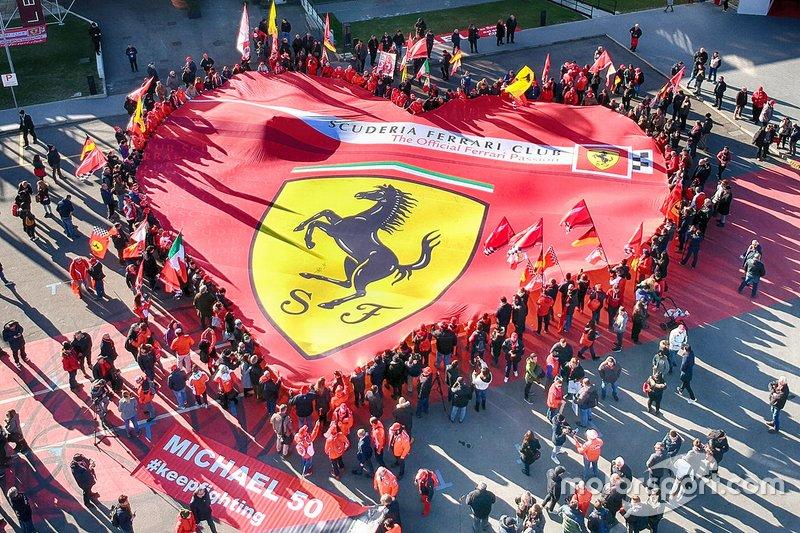 Un drapeau Ferrari à la présentation de l'exposition Michael 50 au musée Ferrari de Maranello