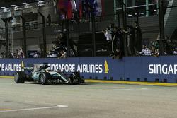 Sieger Lewis Hamilton, Mercedes AMG F1 W08 fährt über die Ziellinie