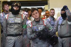 Les membres de Porsche Team après l'abandon de la #1