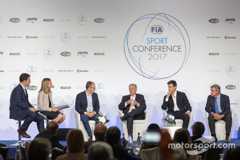 Stefano Domenicali, Chase Carey, Director Ejecutivo y Presidente Ejecutivo de la Formula One Group, Toto Wolff, Mercedes AMG F1 Director de Motorsport, Carlos Sainz