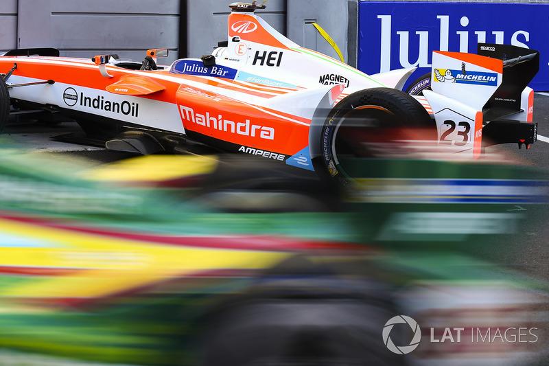 Daniel Abt, ABT Schaeffler Audi Sport, pasa el coche dañado de Nick Heidfeld, Mahindra Racing