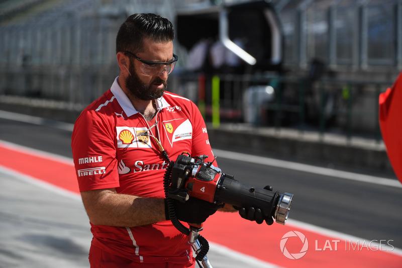 Механік Ferrari з гайковертом