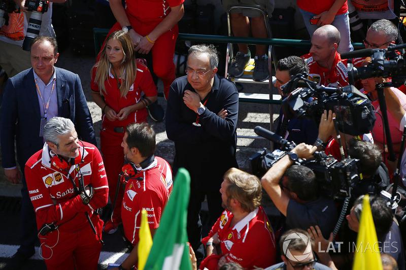 Maurizio Arrivabene, director del equipo, Ferrari, Sergio Marchionne, Director Ejecutivo, Chrysler Fiat y Presidente, Ferrari, son filmados después de la victoria de Sebastian Vettel, Ferrari