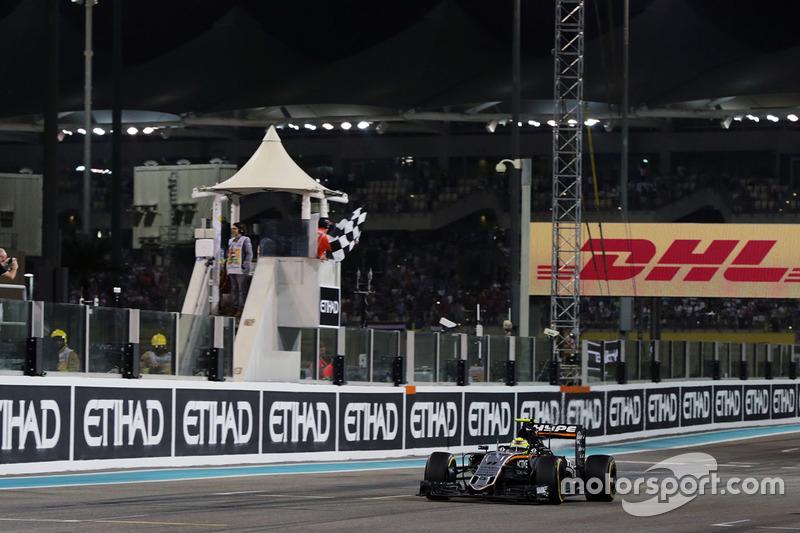 Sergio Pérez, Sahara Force India F1 VJM09 toma la bandera a cuadros al final de la carrera en cuarta