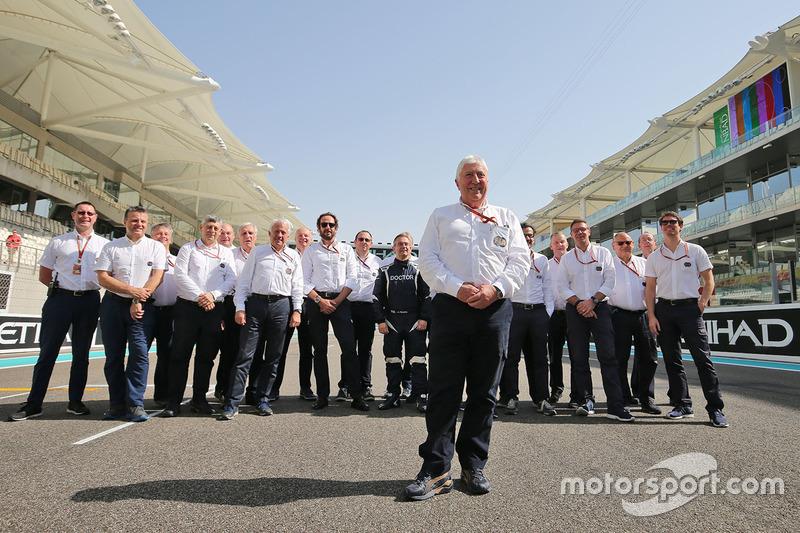 Herbie Blash, delegado de la FIA en una fotografía de grupo de FIA
