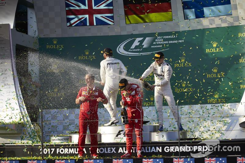 Champagnerdusche: 1. Sebastian Vettel, Ferrari; 2. Lewis Hamilton, Mercedes AMG; 3. Valtteri Bottas,