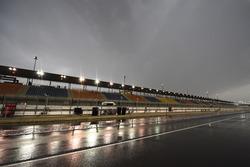 La pluie dans la voie des stands