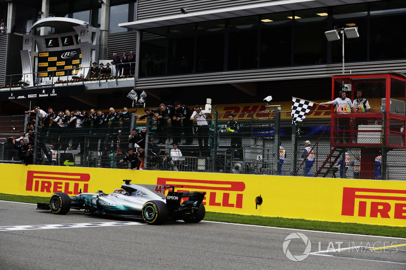 Lewis Hamilton, Mercedes AMG F1 W08, se lleva la bandera a cuadros
