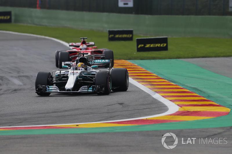 Hamilton largou bem e manteve a ponta desde o início. Vettel, que largou em segundo, foi o único a acompanhar seu ritmo.