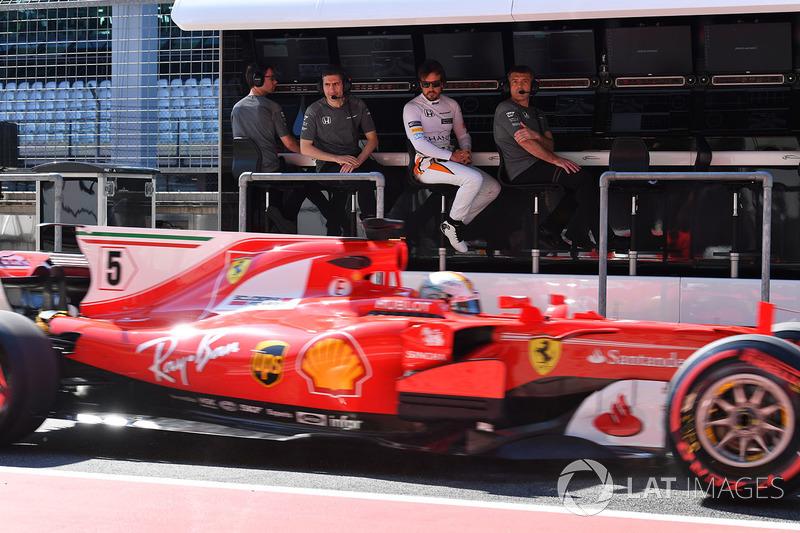 Fernando Alonso, McLaren ve Andrea Stella, McLaren mühendisi Sebastian Vettel'i izliyor, Ferrari SF70H