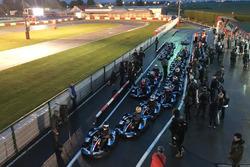 Pilotos se preparan para la carrera de kart de beneficio