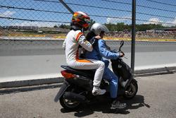 Retiro de  Stoffel Vandoorne, McLaren en un scooter