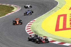 Romain Grosjean, Haas F1 Team VF-17, Fernando Alonso, McLaren MCL32, Pascal Wehrlein, Sauber C36, Lance Stroll, Williams FW40