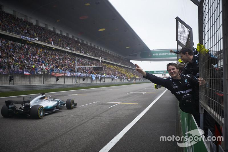Lewis Hamilton, Mercedes AMG F1 W08, fährt über ie Ziellinie