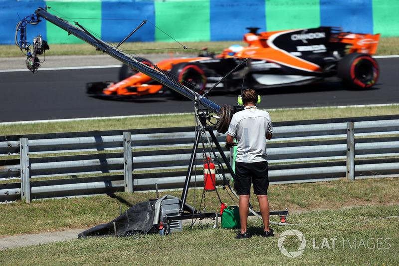 Camarógrafo de televisión observa a Fernando Alonso, McLaren MCL32