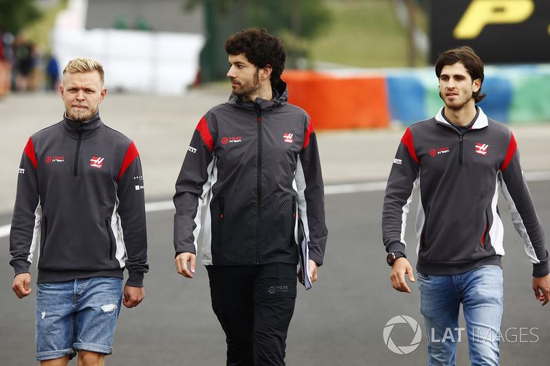 Kevin Magnussen, Haas F1 Team, Antonio Giovinazzi, Haas F1 Team, caminan en la pista