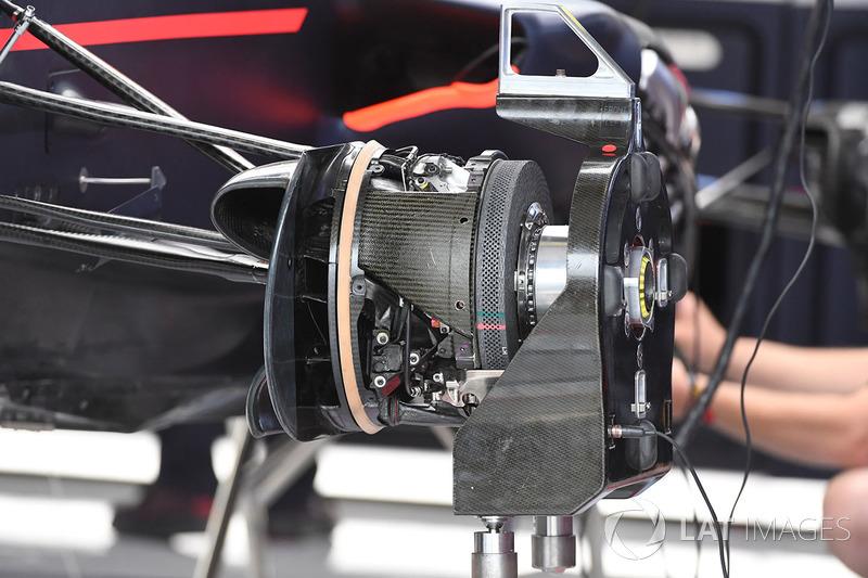 Detalle del freno y del eje delantero del Red Bull Racing RB13