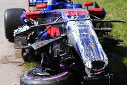 Coche dañado de Carlos Sainz Jr., Scuderia Toro Rosso STR12, después del choque con, Felipe Massa, Williams FW40, en la primera vuelta