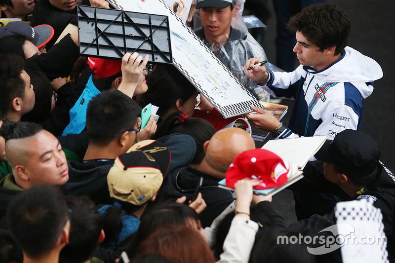 Lance Stroll, Williams, firma autografi ai fan