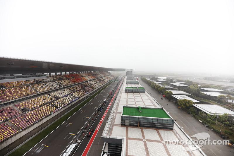 Daniel Ricciardo, Red Bull Racing RB13, en el pit lane
