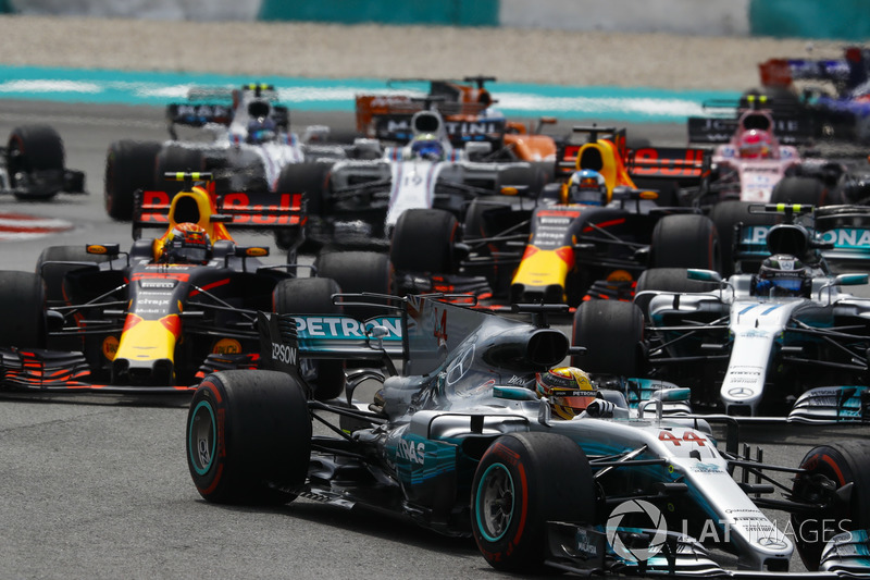 Lewis Hamilton, Mercedes AMG F1 W08, Max Verstappen, Red Bull Racing RB13, Valtteri Bottas, Mercedes AMG F1 W08, Daniel Ricciardo, Red Bull Racing RB13, the rest of the field at the start
